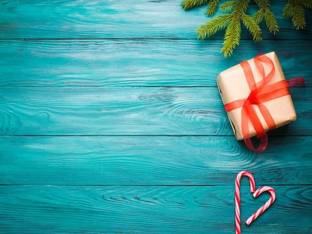 Il nuovo anno di natale piano stende con il contenitore di regalo