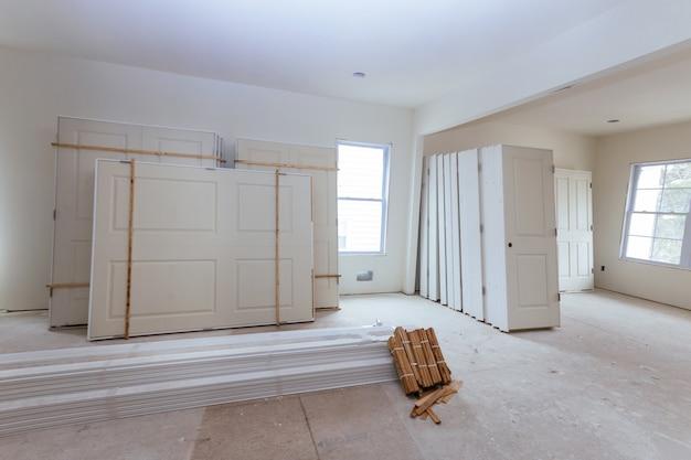 Il nuovo materiale per l'installazione a casa per le riparazioni in un appartamento è in costruzione, ristrutturazione, ricostruzione e ristrutturazione della porta
