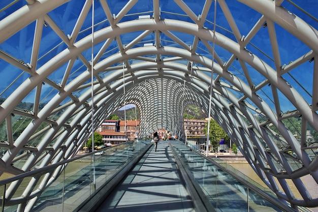 Il nuovo ponte nella città di tbilisi, georgia