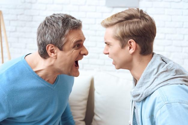 Il padre e l'adolescente in difficoltà gridano.