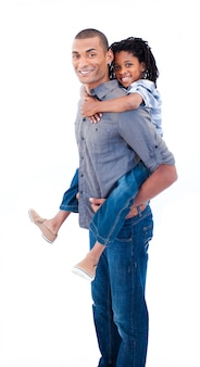 Il padre etnico che dà suo figlio piggiback guida su sfondo bianco