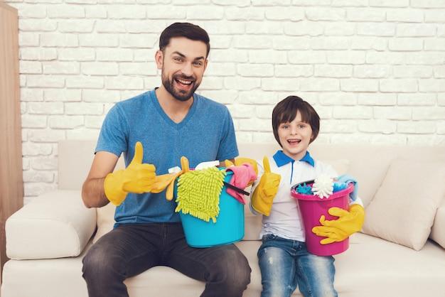 Il padre mostra a suo figlio come pulire la casa.