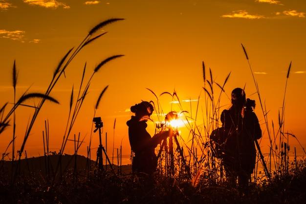 Il paesaggio della siluetta al turista di mattina prende le immagini dell'aurora e della foschia sulla montagna