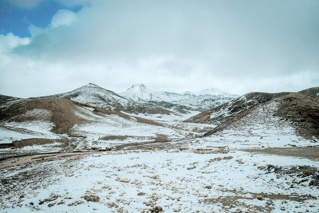 Il paesaggio delle montagne ricoperte neve nell'alto atlante varia, il marocco.