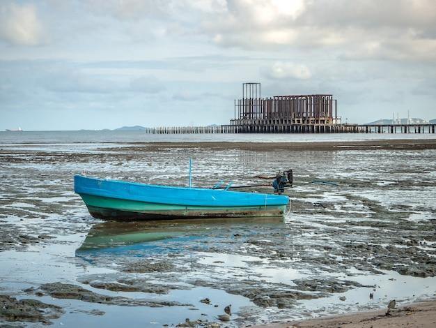 Il paesaggio delle spiagge con il mare e la barca si schianta, pattaya tailandia.