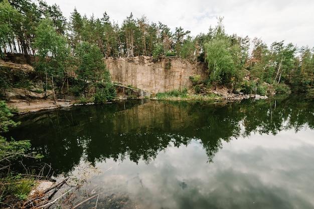 Il paesaggio di una vecchia cava di granito industriale allagata ha riempito d'acqua