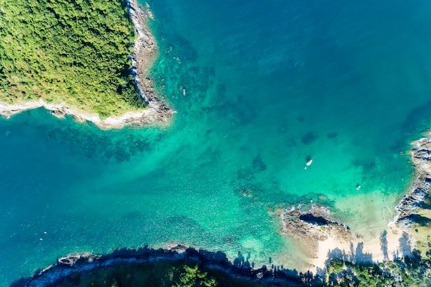 Il paesaggio di vista superiore di bello mare tropicale nell'immagine di stagione estiva dal colpo di drone di vista aerea, punto di vista dell'angolo alto