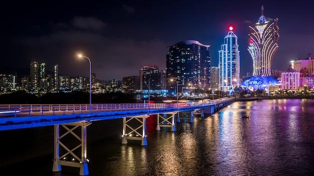 Il paesaggio urbano di macao alla notte, tutto l'hotel e la torre sono colorati alleggeriscono con cielo blu, macao, cina.