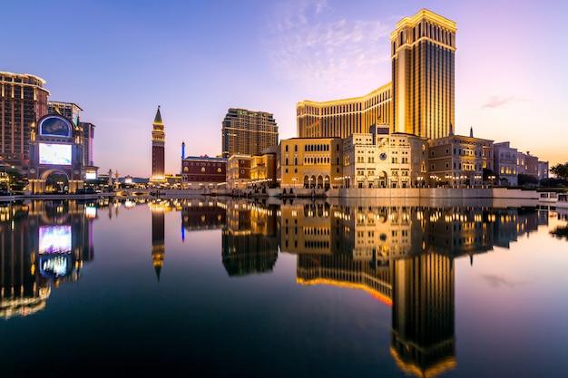 Il paesaggio urbano di macao alla notte, tutto l'hotel ed il casinò sono colorati alleggeriscono con il cielo crepuscolare, macao, cina.