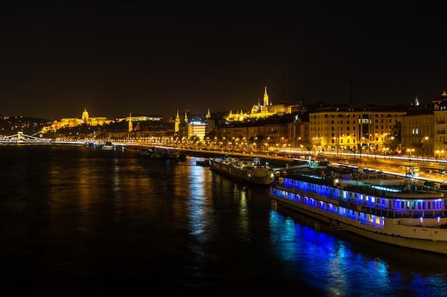 Il palazzo del parlamento ungherese o il parlamento di budapest