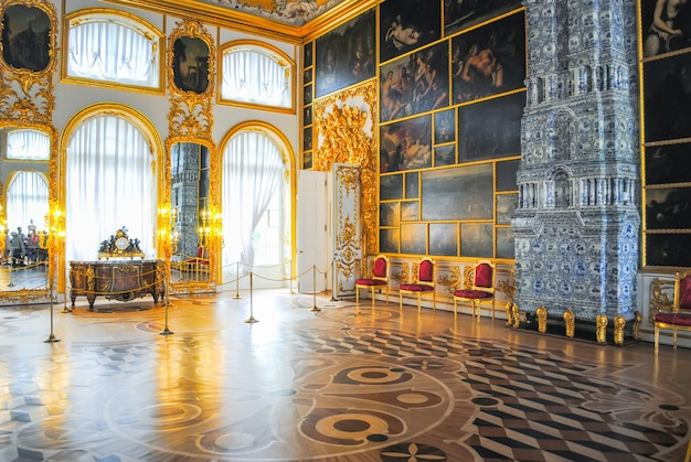 Il palazzo di tsarskoye selo ha ricevuto visitatori dopo il restauro di numerosi reperti.