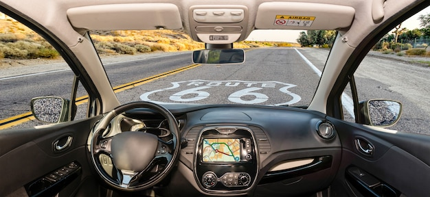 Il parabrezza dell'automobile con route 66 storico firma dentro la california, usa