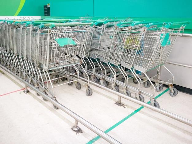 Il parcheggio del carrello d'acciaio o del carrello nel supermercato