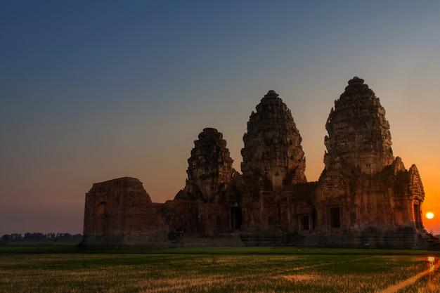 Il parco storico rovina del palazzo di tre pagode di nome phra prang sam yod