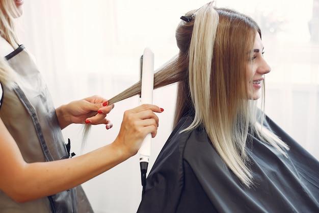 Il parrucchiere fa acconciatura per il suo cliente