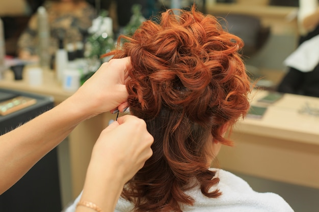 Il parrucchiere fa bella acconciatura al salone