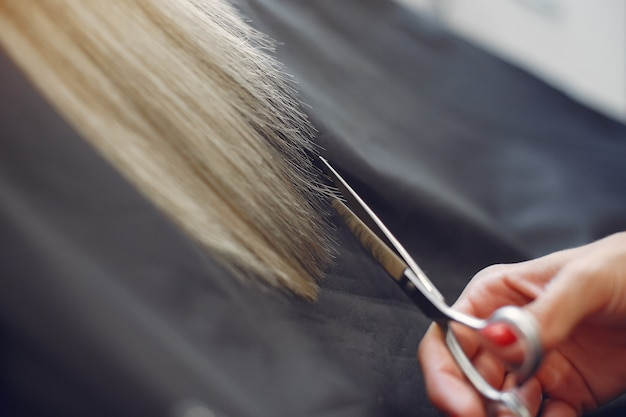 Il parrucchiere ha tagliato i capelli al suo cliente in un parrucchiere