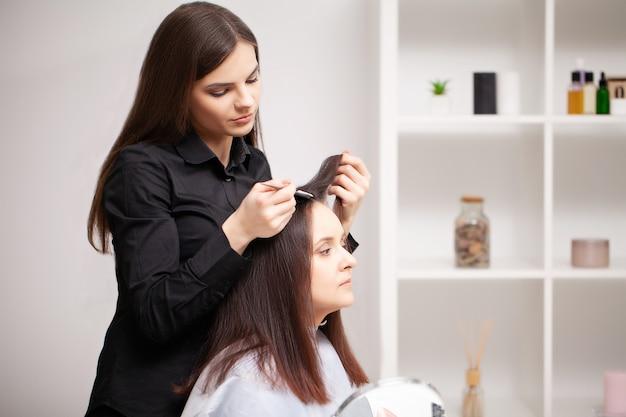 Il parrucchiere professionista esegue le procedure di cura dei capelli a casa
