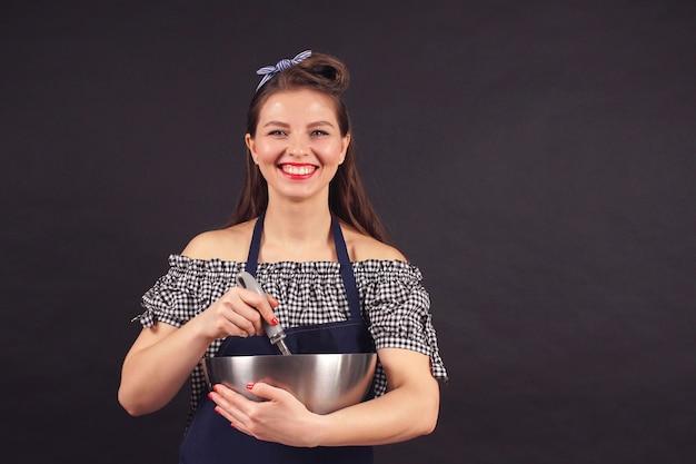 Il pasticcere mescola gli ingredienti per fare la pasta, cuocere la torta