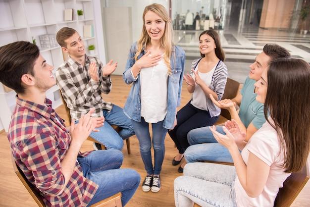 Il paziente felice ha una svolta nella terapia di gruppo.