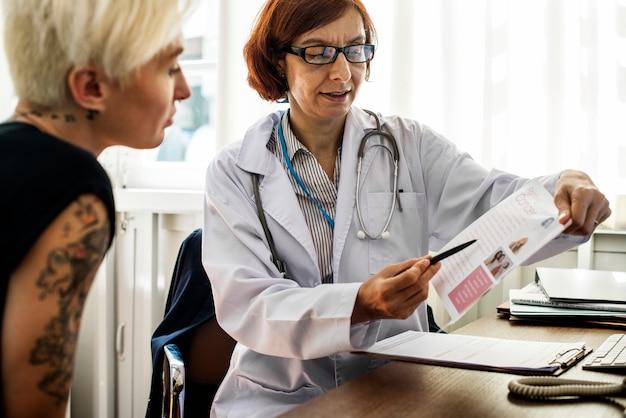 Il paziente sta incontrando un dottore