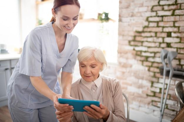 Il pensionato si sente eccitato mentre guarda video su tablet
