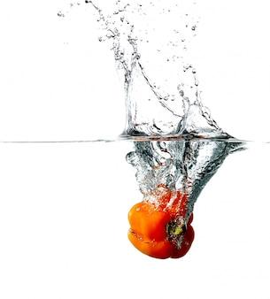 Il pepe cade in acqua
