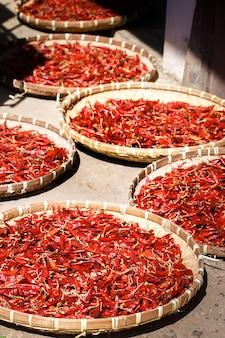 Il peperoncino rosso viene essiccato in grandi cestini di vimini