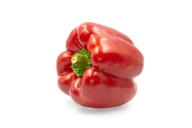 Il peperone dolce rosso dolce su bianco ha isolato il fondo con il percorso di ritaglio.