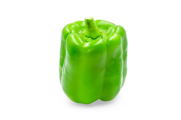 Il peperone dolce verde dolce su bianco ha isolato il fondo con il percorso di ritaglio.