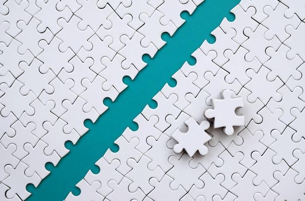 Il percorso blu è posto sulla piattaforma di un puzzle piegato bianco.