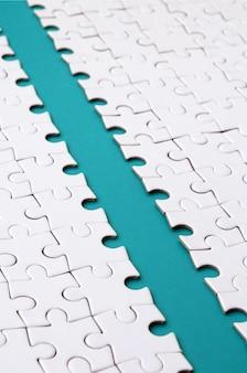 Il percorso blu è posto sulla piattaforma di un puzzle piegato bianco