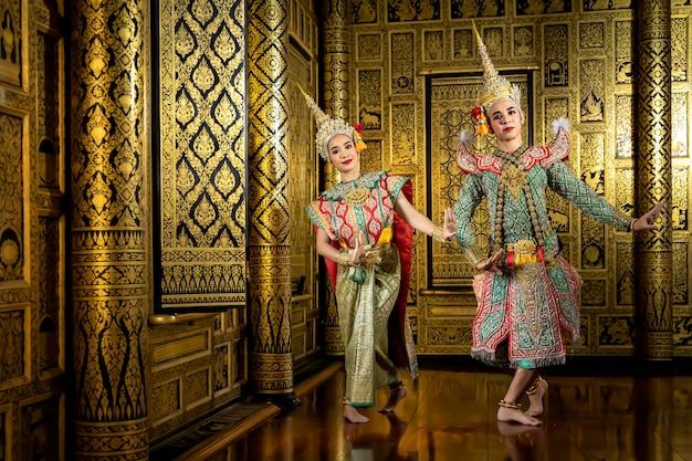 Il personaggio phra e nang ballano in una performance pantomima thailandese.