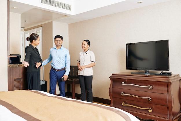 Il personale dell'hotel incontra l'ospite