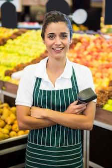 Il personale femminile che sta con le armi ha attraversato in supermercato