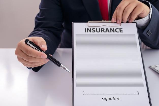 Il personale ha raccomandato i benefici della copertura assicurativa