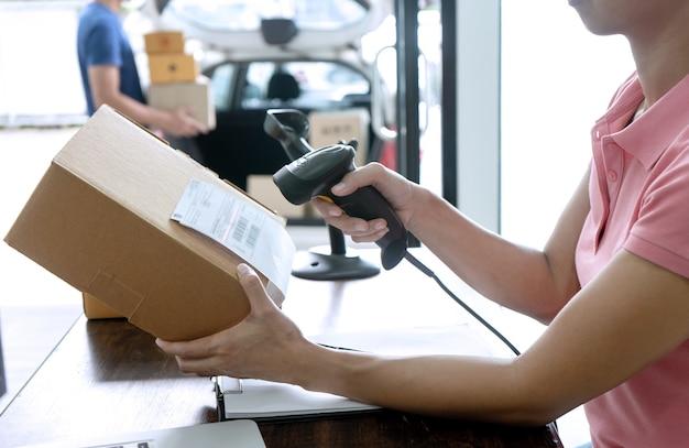Il personale lavora insieme consegna la scatola