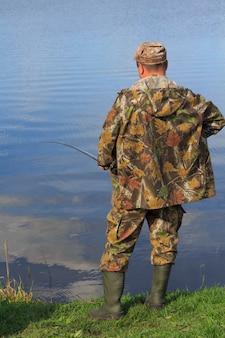 Il pescatore pesca un pesce sul lago