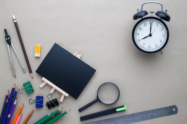 Il piano creativo si distende dal concetto di scuola con la scrivania sul posto di lavoro