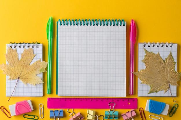 Il piano creativo si distende sul concetto di scuola con blocco note