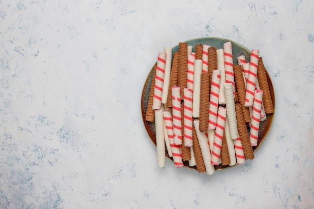 Il piatto con il rotolo saporito del wafer attacca sulla superficie di calcestruzzo