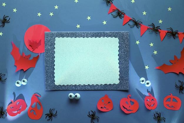 Il piatto creativo di halloween giaceva in viola, arancione, argento e nero