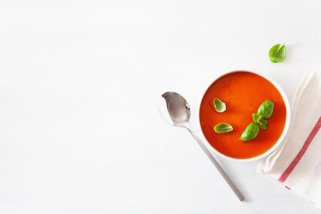 Il piatto di minestra di pomodoro giaceva su backgorund bianco