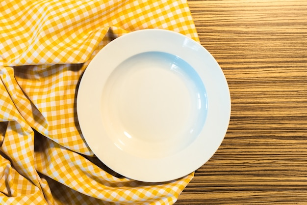 Il piatto sulla tovaglia a quadretti gialla