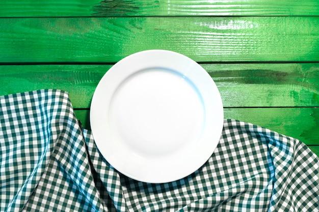 Il piatto sulla tovaglia a quadretti