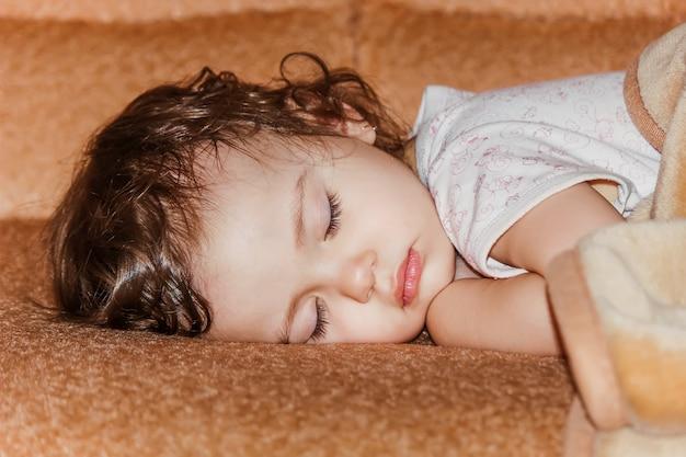 Il piccolo bambino dorme messa a fuoco selettiva