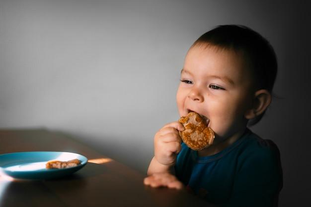 Il piccolo bimbo bambino che si dava da solo i panieri delle banane di farina d'avena