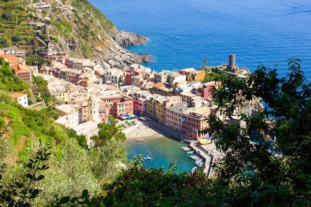 Il piccolo villaggio di vernazza tra le montagne d'italia
