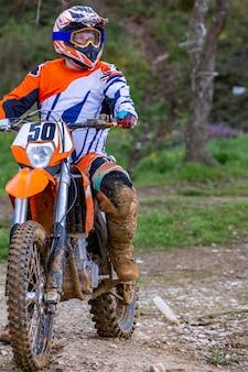 Il pilota professionista del motociclista da motocross guida sulla pista.