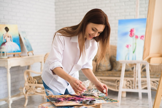 Il pittore pensoso creativo dipinge un'immagine colorata.